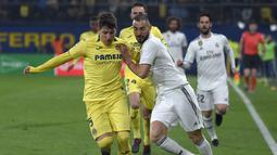 2. Aksi penyerang Real Madrid, Benzema pada laga lanjutan LaLiga yang berlangsung di Stadion DeLa Ceramica, Spanyol, Jumat (4/12). Real Madrid ditahan imbang Villareal 2-2.  (AFP/Jose Jordan)