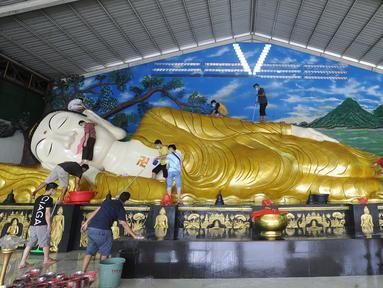 Umat membersihkan patung Buddha tidur raksasa di Vihara Buddha Dharma dan 8 Posat, Bogor, Jawa Barat, Minggu (7/2/2021). Patung buddha tidur raksasa sepanjang 18 meter dan tinggi 5 meter tersebut dibersihkan setiap tahun menjelang Tahun Baru Imlek. (merdeka.com/Arie Basuki)