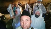Sejumlah peziarah dalam goa Safarwadi, kawasan wisata religi Makam Waliyulloh, Pamijahan, Tasikmalaya, Jawa Barat. (Liputan6.com/Jayadi Supriadin)