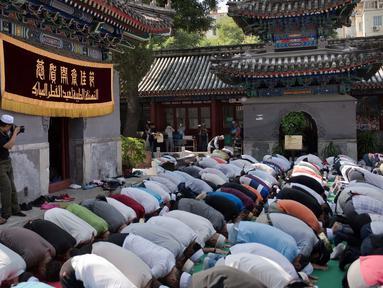 Umat muslim Cina melaksanakan salat Idul Fitri di masjid Niujie, Beijing, 26 Juni 2017. Umat muslim di berbagai penjuru dunia merayakan Idul Fitri, yang menandai berakhirnya bulan suci Ramadan. (AFP PHOTO / Nicolas ASFOURI)