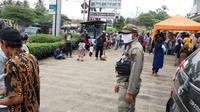 Berkerumun saat Ambil PKH di Bank, Satpol PP Depok Tertibkan Warga. (Liputan6.com/Dicky Agung Prihanto)