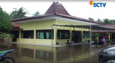 Posko pengungsian di gedung Serbaguna Kecamatan Panjatan, Kabupaten Kulonprogo, Daerah Istimewa Yogyakarta dipenuhi oleh 600 warga.