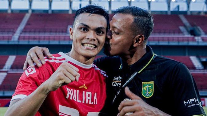 Keberhasilan Persebaya Surabaya ini menjadi bukti kerja keras mereka terbayar tuntas. Asisten pelatih, Bejo Sugiantoro sangat bangga dengan anaknya, Rachmat Irianto. Rian menjadi salah satu punggawa penting di skuad Bajul Ijo musim ini. (Liputan6.com/IG/@officialpersebaya)