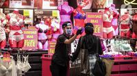 Petugas mengecek suhu pengunjung sebelum memasuki gerai pakaian dalam di Mal Central Park, Jakarta, Senin (15/6/2020). Setelah ditutup akibat Covid-19, Senin (15/6) ini, Pemprov DKI mengizinkan sekitar 80 mal atau pusat perbelanjaan di Jakarta untuk dibuka kembali. (Liputan6.com/Faizal Fanani)