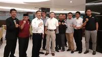 Asprov PSSI Jabar setelah melakukan pertemuan dengan perwakilan 10 Asprov PSSI lain serta manajer Persib, Umuh Muchtar, di Golden Flower Hotel, Bandung, Sabtu (13/4/2019). (Bola.com/Erwin Snaz)