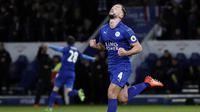 Gelandang Leicester, Danny Drinkwater, merayakan gol yang dicetaknya ke gawang Liverpool pada laga Premier League di Stadion King Power, Leicester, Senin (27/2/2017). (AFP/Adrian Dennis)