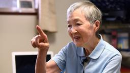 Masako Wakamiya melakukan wawancara di rumahnya daerah Fujisawa, Prefektur Kanagawa, Jepang, 13 Juli 2017. Nenek 82 tahun itu menciptakan aplikasi yang ditujukan bagi para manula sehingga mereka bisa menikmati kecanggihan smartphone. (Kazuhiro NOGI/AFP)