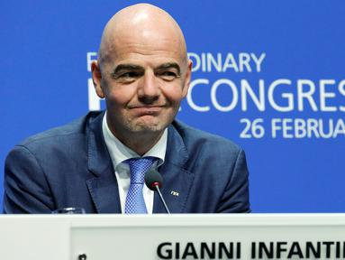 Presiden FIFA yang baru terpilih, Gianni Infantino menghadiri konferensi pers pada kongres luar biasa FIFA di Zurich, Swiss, Jumat (26/2). Pria berdarah Swiss-Italia itu resmi menggantikan Sepp Blatter melalui pemilihan dua tahap. (REUTERS/Ruben Sprich)