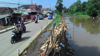 Warga Bojonggede meminta Pemkab Bogor mengeruk sedimentasi sungai (Liputan6.com/Achmad Sudarno)