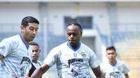 Bek Persib, Victor Igbonefo saat mengawal pergerakan gelandang Esteban Vizcarra dalam sesi latihan tim di Stadion Gelora Bandung Lautan Api. (Muhammad Faqih/Bola.com)