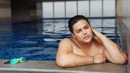Mantan kekasih Rossa ini terlihat begitu santai saat sedang berenang. Dengan berenang, penatnya dunia hiburan bisa sedikit dilupakan Ivan Gunawan. Seleb yang kini berusia 37 tahun memang kerap menyisihkan waktu santai untuk berenang. (Liputan6.com/IG/@ivan_gunawan)
