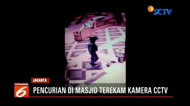 Seseorang yang diduga pengemudi ojek online terekam kamera pengawas (CCTV) sedang mencuri beberapa pasang sepatu di sebuah masjid di Jakarta Timur. Aksi itu dilakukannya saat jemaah sedang melakukan salat Zuhur.