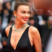 "Model Rusia Irina Shayk saat tiba untuk menghadiri pemutaran film ""Yomeddine"" dalam Festival Film Cannes ke-71 di Cannes, Prancis (9/5). Irina Shayk yang merupakan mantan pacar Cristiano Ronaldo tampil mengenakan gaun hitam. (AFP/Alberto Pizzoli)"