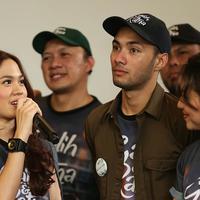 Sheryl Sheinafia dan pemain film Galih & Ratna. (Savana Alaydrus/Bintang.com)