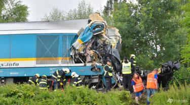 Kereta Western Express bertabrakan dengan kereta penumpang di dekat desa Milavce antara stasiun Domazlice dan Blizejov, Republik Ceko pada 4 Agustus 2021. (Foto: AP/CTK/Miroslav Chaloupka)