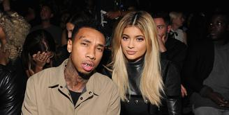 Pasangan selebriti Hollywood yang kerap menuai kontroversial, siapa lagi kalau bukan Kylie Jenner dan Tyga. Akhirnya, keduanya kembali bersama usai sempat mengakhiri hubungan asmara. (AFP/Bintang.com)