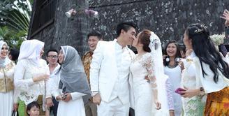Kabar bahagia dari musisi Ifan Seventeen. Ifan resmi mempersunting Dylan Sahara. Keduanya resmi menikah hari ini, Rabu (2/11/2016) di Putri Duyung Ancol, Jakarta Barat. (Galih W. Satria/Bintang.com)