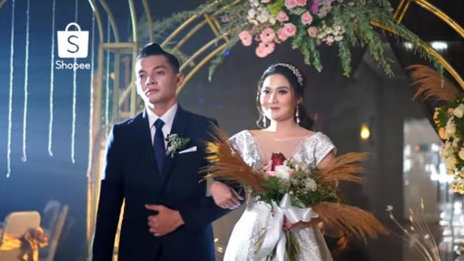 Berdasarkan undangan yang pernah beredar beberapa waktu lalu, pasangan ini mengucap janji sehidup semati di GKJW Purwoasri, Kediri, Jawa Timur. (Youtube/SHOPEE Indonesia)
