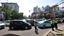 Polisi mengatur kemacetan lalu lintas saat uji coba sistem satu arah (SSA) di Jalan H Agus Salim dan Jalan KH Wahid Hasyim, Jakarta, Selasa (9/10). Uji coba ini berlangsung setiap pukul 09.00 WIB hingga 20.00 WIB. (Merdeka.com/Iqbal Nugroho)