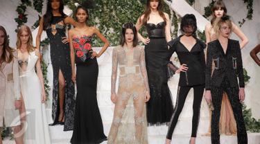 Model Kendall Jenner berpose bersama para model saat memperagakan busana karya La Perla di New York Fashion Week di Manhattan borough New York, AS (9/2). Kendall tampil seksi dengan gaun transparan mengkilau. (JP Yim / Getty Images untuk La Perla / AFP)