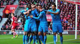Striker Tottenham Hotspur Emmanuel Adebayor melakukan selebrasi dengan rekan satu timnya setelah berhasil mencetak gol ketiga pada pertandingan sepak bola Liga Inggris antara Southampton vs Tottenham Hotspur di Stadion St Mary, Southampton (22/12/13). (AF