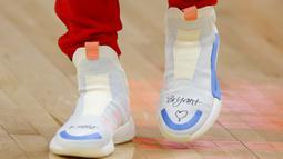 Pemain Atlanta Hawks, Trae Young menulis pesan di sepatunya untuk mendiang Kobe Bryant selama pertandingan NBA Atlanta Hawks melawan Washington Wizards di Atlanta (26/1/2020). Bryant dan Putrinya Gianna meninggal dalam kecelakaan helikopter di Calabasas. (AP Photo/Todd Kirkland)