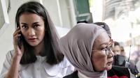 Terdakwa kasus dugaan penyebaran berita bohong atau hoaks Ratna Sarumpaet didampingi Atiqah Hasiholan tiba untuk menjalani sidang lanjutan di PN Jakarta Selatan, Selasa (7/5/2019). Sidang kali ini menghadirkan saksi meringankan dari pihak terdakwa. (Liputan6.com/Faizal Fanani)