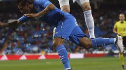 Duel pemain Real Madrid, Karim Benzema (atas) dan pemain Getafe, Damian Suarez pada lanjutan La Liga Santander di Santiago Bernabeu stadium, Madrid, (3/3/2018). Real madrid menang 3-1. (AP/Francisco Seco)