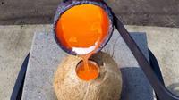 Pernah bertanya-tanya, apa yang terjadi saat logam panas dituangkan ke dalam buah kelapa? Hasilnya sangat mengejutkan