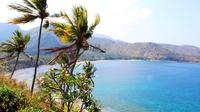 Pantai Nipah merupakan pantai menawan di Lombok yang terbentuk dari batuan vulkanik.