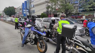 Polri Sat Lantas Jakpus menilang pengendara Moge atau motor ber cc besar, Sabtu (29/5/2021).