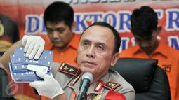 Kapolda Metro Jaya, Irjen Pol M Iriawan menunjukkan barang bukti saat rilis pengungkapan tindak pidana narkotika di Polda Metro, Jakarta, Senin (6/3). (Liputan6.com/Yoppy Renato)