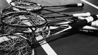 Sejumlah raket rusak milik pebulutangkis Indonesia yang digunakan saat persiapan jelang Indonesia Open 2017 di Pelatnas PBSI Cipayung, Jakarta, Selasa (6/6/2017). (Bola.com/Vitalis Yogi Trisna)