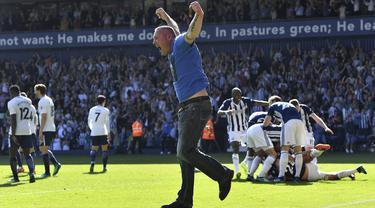 Para pemain West Bromwich Albion merayakan kemenangan atas Tottenham Hotspur pada laga Premier League di Stadion The Hawthorns, Sabtu (5/5/2018). West Bromwich Albion menang 1-0 atas Tottenham Hotspur. (AP/Anthony Devlin)