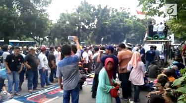 Sopir taksi online melakukan demo di depan Kemenhub. Mereka menuntut dirubahnya beberapa kebijakan yang dibuat Kemenhub untuk taksi online.