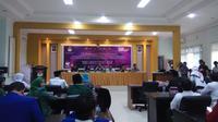 Salah satu paslon Pilwalkot Palembang menyerahkan persyaratan ke KPU Palembang (Liputan6.com / Nefri Inge)