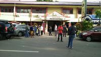 Beberapa petugas berbaju preman sedang berjaga di Mapolsek Bontoala Makassar (Liputan6.com/ Eka Hakim)