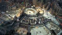 Pandangan dari udara menunjukkan suasana Masjidil Haram di Kota Suci Mekkah, Arab Saudi, 24 Mei 2020. Masjid yang berlokasi di pusat Kota Mekkah ini merupakan tujuan utama dalam ibadah haji. (STR/AFP)