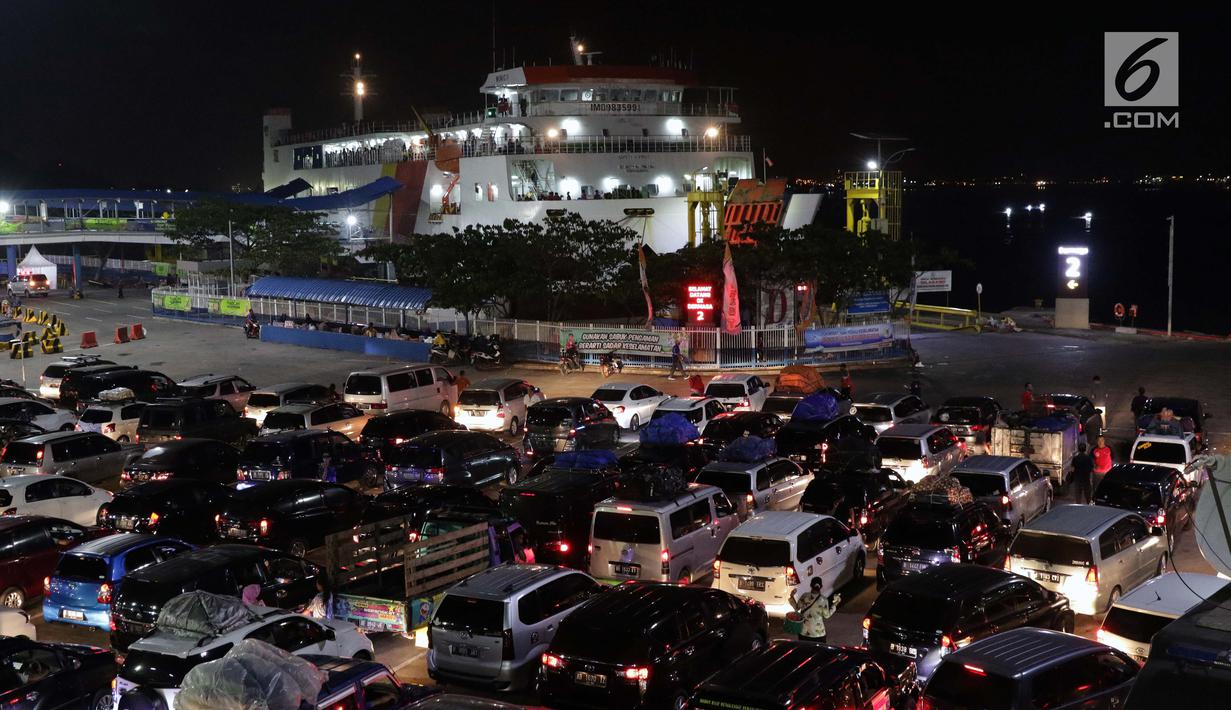Kendaraan pemudik menanti waktu masuk kapal penyeberangan di Dermaga 2 Pelabuhan Penyebrangan Merak, Banten, Sabtu (1/6/2019). Diperkirakan puncak arus mudik menuju pulau Sumatera akan terjadi pada Sabtu (1/6) dan Minggu (2/6). (Liputan6.com/Helmi Fithriansyah)