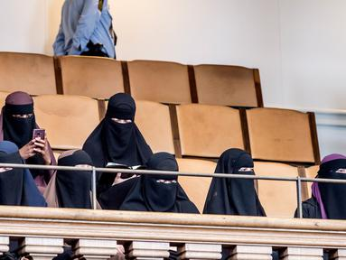 Sejumlah perempuan mengenakan niqab duduk di antara hadirin di Parlemen Denmark di Kopenhagen, Denmark (31/5). Denmark resmi melarang pakaian yang menutupi wajah, termasuk cadar Islam seperti niqab atau burqa. (Mads Claus Rasmussen / Ritzau Scanpix / AFP)