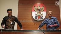 Ketua KPK Agus Rahardjo (kanan) ditemani Jubir KPK Febri Diansyah saat konferensi pers di Gedung KPK, Jakarta, Selasa (3/4). KPK menetapkan 38 anggota DPRD Sumatera Utara periode 2009-2014 dan 2014-2019 sebagai tersangka. (Liputan6.com/Herman Zakharia)