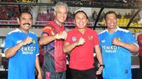 Ketua PSSI, Mochamad Iriawan, foto bersama Gubernur Jawa Tengah, Ganjar Pranowo, saat peresmian Stadion Manahan, Solo, Jawa Tengah, Sabtu (15/2/2020). Stadion tersebut merupakan salah satu calon veneu di Piala Dunia U-20 2021 di Indonesia. (Dokumentasi PSSI)