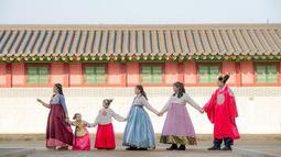 Saat berfoto menggunakan pakaian khas Korea, keluarga Andhika Pratama pun dianggap mirip dengan pemain drama bergenre kerajaan. Momen bahagia ini pun diunggah dalam media sosial keduanya.  (Liputan6.com/IG/@andhiiikapratama).
