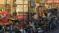 Kemacetan kendaraan di Raja Bazar jelang Hari Raya Idul Fitri, Rawalpindi, Pakistan, Selasa (19/5/2020). Raja Bazar terpantau ramai setelah pemerintah Pakistan melonggarkan lockdown karena pandemi virus corona COVID-19. (Farooq NAEEM/AFP)