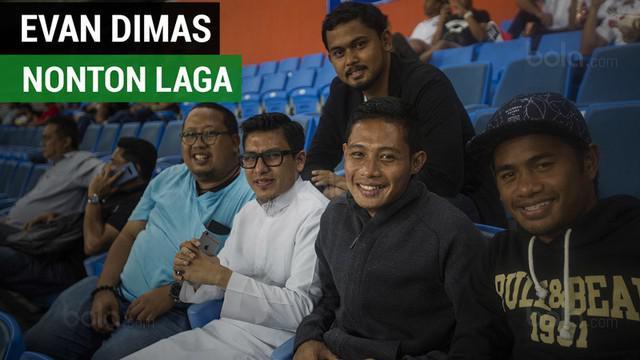 Berita video momen Evan Dimas menyaksikan David Laly melakoni laga debut di Liga Premier Malaysia di Stadion Shah Alam, Jumat (2/1/2018).