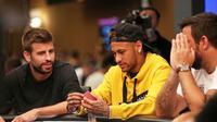 Dua pesepakbola Neymar dan Pique bermain poker (Marca)