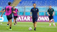 Pelatih Italia Roberto Mancini berjalan di sepanjang lapangan selama sesi latihan  jelang melawan Turki pada pertandingan grup A Euro 2020 di Olympic Stadium, Roma, Italia, Kamis (10/6/2021). Italia akan melawan Turki pada  11 Juni 2021 waktu setempat. (AP Photo/Alessandra Tarantino)