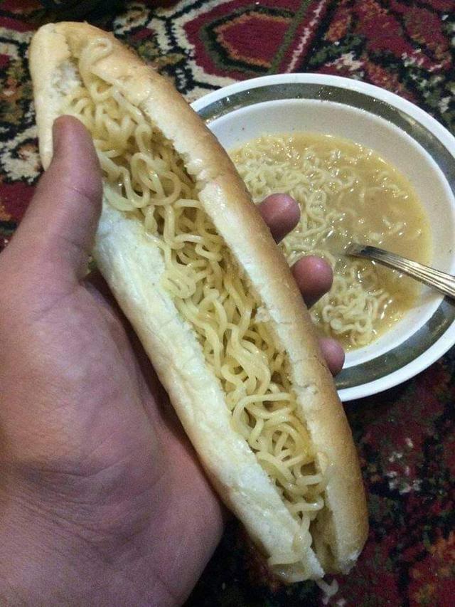 Tak Biasa, 6 Potret Cara Makan Mi Pakai Roti Ini Bikin Tepuk Jidat