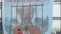 Massa buruh, mahasiswa dan pelajar berunjuk rasa di depan gedung Kementerian Pendidikan dan Kebudayaan, Jakarta, Selasa (17/11/2020). Mereka menuntut pencabutan UU Omnibus Law Cipta Kerja sekaligus memperingati Hari Pelajar Internasional yang bertepatan dengan aksi tersebut (merdeka.com/Imam Buhori)
