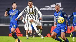 Striker Juventus, Cristiano Ronaldo, mencetak gol ke gawang Udinese pada laga Liga Italia di Stadion Allianz, Turin, Minggu (3/1/2021). Juventus menang dengan skor 4-1. (Marco Alpozzi/LaPresse via AP)